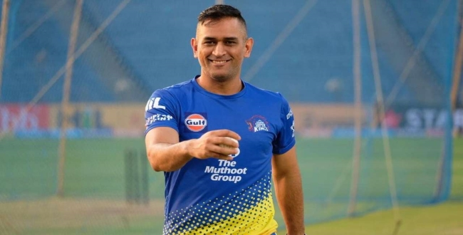 Dhoni-play-with-fan-in-ground