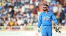 fan-rushed-to-ground-and-fell-in-dhonis-leg